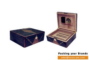 Wholesale Cigar Cases/Humidors: High End  Varnishing Cedar Wood Humidor Box with Humidifier